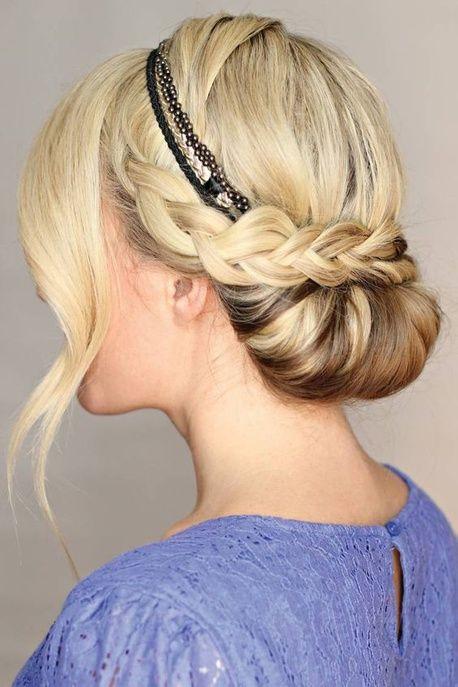 Idee Coiffure Un Headband A Trois Lattes Avec Un Chignon Enroule Sous Une Couronne Tressee Madame Tn Magazine Feminin Numero 1 Mode Beaute Shopping Lifestyle