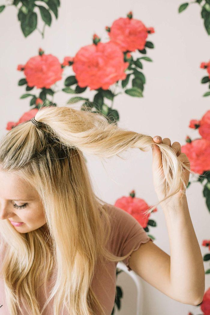 id e coiffure une coiffure simple cheveux mi long et longs avec chignon haut perch combin. Black Bedroom Furniture Sets. Home Design Ideas