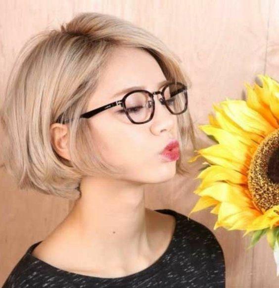 ccafe91696e99 idee-tendance-coupe-coiffure-femme -2017-2018-coupe-courte-degradee-cheveux-blonds-lunettes-de-vue-noir.jpg