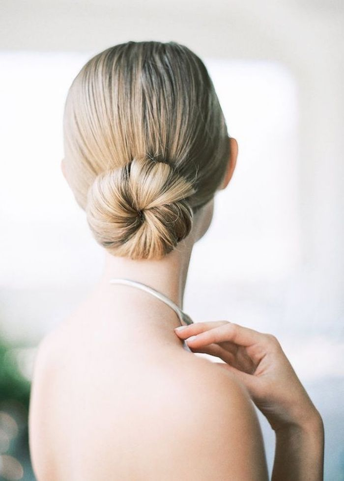 Idee Coiffure Chignon Bas Facile A Faire Sur Des Cheveux Long Blond Coiffure Mariage Elega Madame Tn Magazine Feminin Numero 1 Mode Beaute Shopping Lifestyle