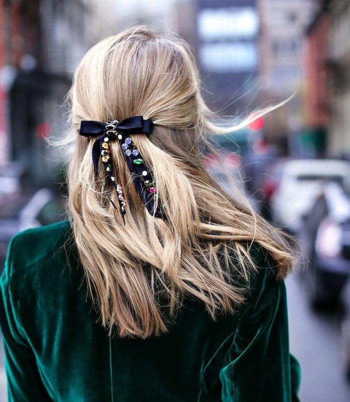 id e coiffure coiffure ado fille pour noel cheveux longs attach es en arri re avec un ruban. Black Bedroom Furniture Sets. Home Design Ideas