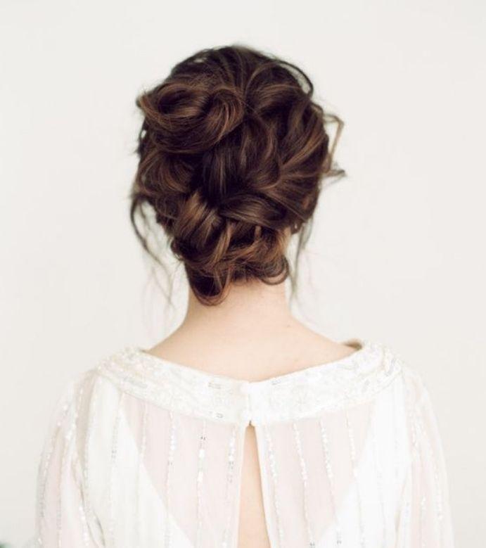 Idée Coiffure : modele de chignon flou réalisé sur des cheveux chatain, coiffure femme éléga ...