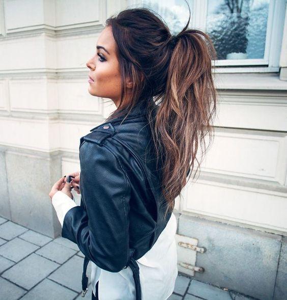 idee coiffure idee de queue de cheval haute coiffure facile et rapide a faire cheveux. Black Bedroom Furniture Sets. Home Design Ideas