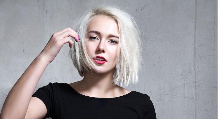 id e coiffure exemple de coupe carr court femme cheveux coloration blond polaire tee shirt. Black Bedroom Furniture Sets. Home Design Ideas