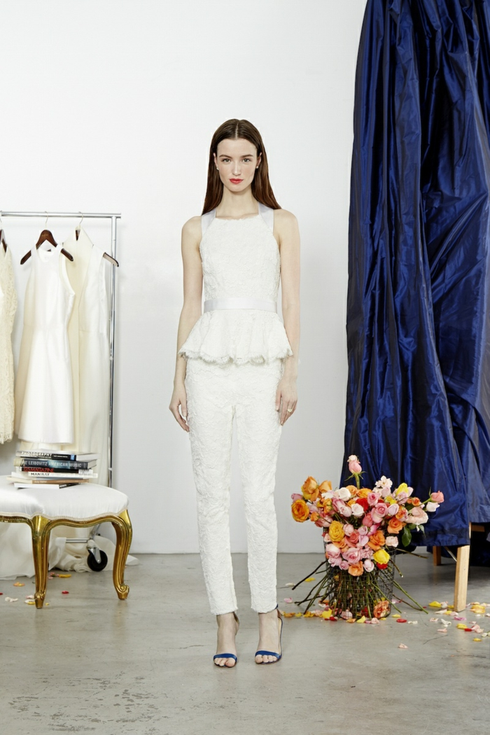 tenue de ceremonie femme en blanc, top et pantalon richement decores de dentelle, pantalon tailleur, top sans manches, taille mise en valeur par une ceinture en satin blanc, sandales noires aux talons aiguilles