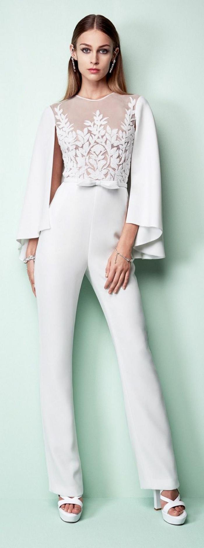 pantalon tailleur taille haute en blanc, blouse aux manches larges évasées, chaussures blanches talons hauts épais stables, blouse en tulle blanc avec des broderies de fleurs blanches