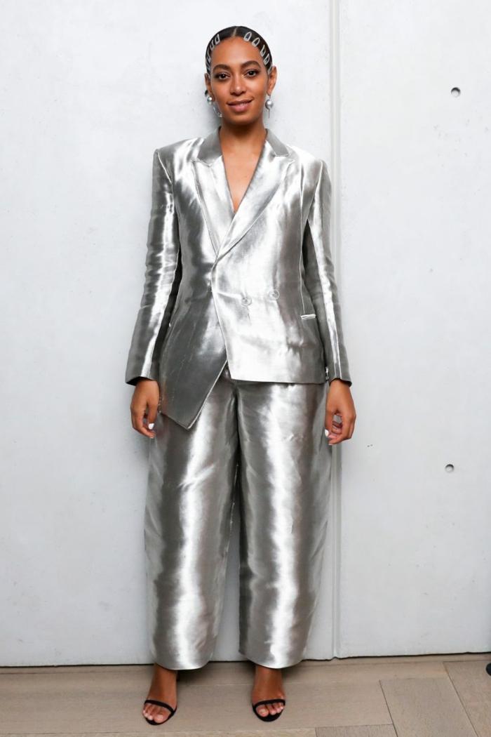 costume tailleur en couleur argent aux reflets irisés, veste aux ourlets asymétriques, décolleté en V, tailleur pantalon femme chic pour mariage