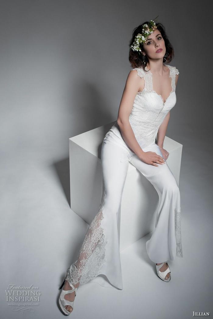 pantalon tailleur femme, modèle avec de la dentelle blanche latérale, tailleur pantalon femme chic pour mariage, bustier avec des bretelles larges en dentelle blanche fine