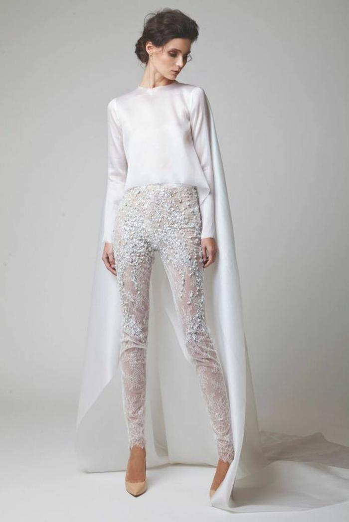 tailleur pantalon femme cocktail en blanc, pantalon en tulle blanc avec des pierres blanches Swarovski, blouse en satin blanc avec cape longue qui part des épaules de la blouse