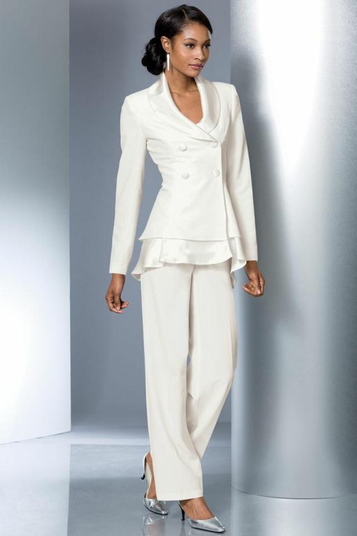 tenue invitée mariage, tissu blanc satiné, ourlets de la veste en satin blanc volanté, veste avec quatre boutons habillés e satin, escarpins bouts pointus en strass argenté