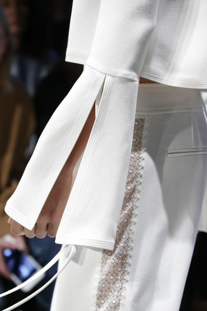 tailleur pantalon femme pour ceremonie, dentelle blanche latérale sur toute la longueur, pantalon tailleur, manches évasées avec des fentes latérales sur leur partie basse