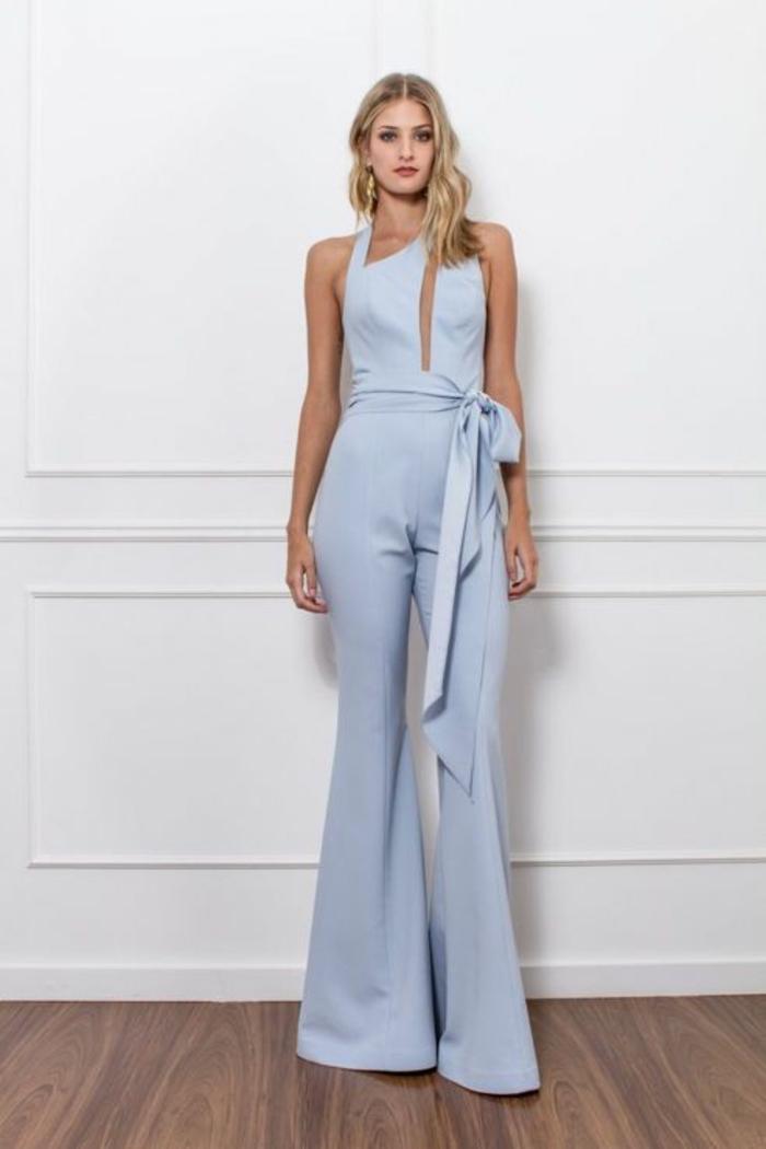 tenue ceremonie femme en couleur bleu pastel, taille haute mise en valeur par une ceinture en tissu, grand nœud latéral, tenue mariage invité femme pantalon