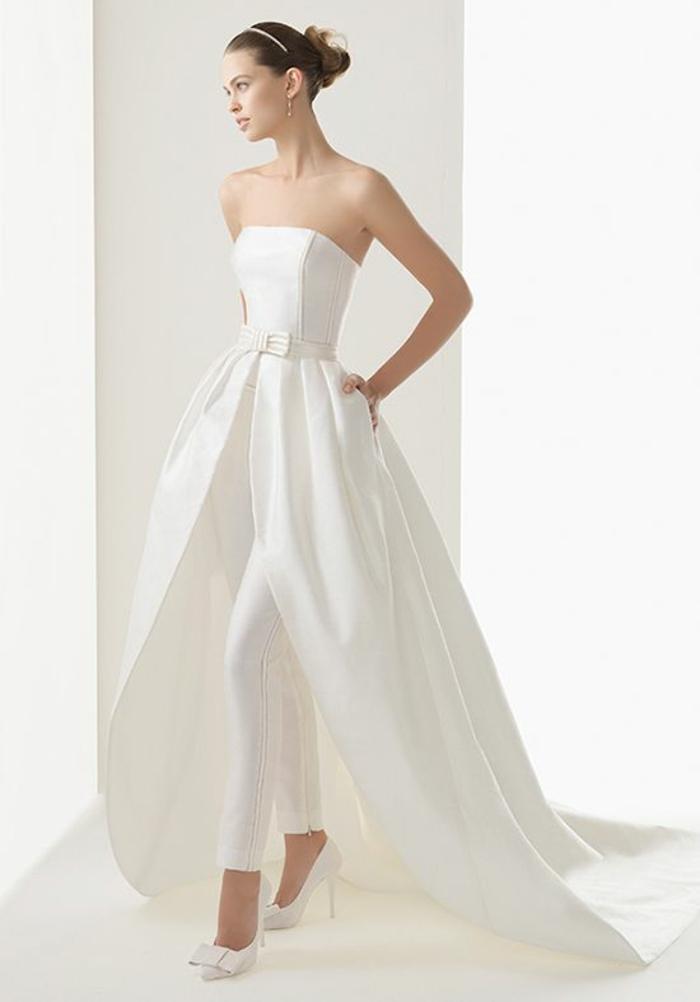 combishort mariage, tenue ceremonie femme avec bustier classique et taille mise en valeur par une ceinture en tissu avec un nœud papillon