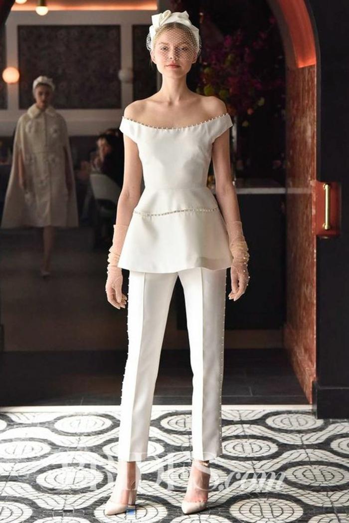 tenue ceremonie femme en blanc, décolleté type bateau, pantalon a pinces, chaussures blanches a bouts pointus, mariée élégante