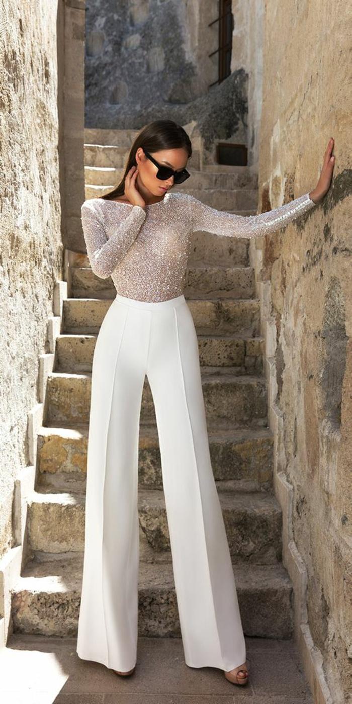 pantalon tailleur, pantalon smoking femme, modèle évasé a pinces, blouse moulante a manches longues, brillante et semi-transparente