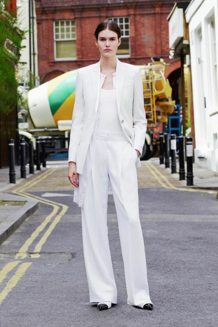 tailleur pantalon femme pour ceremonie, pantalon smoking femme, modèle large, veste longue au col rond, chaussures en noir et blanc, look élégant décontracté