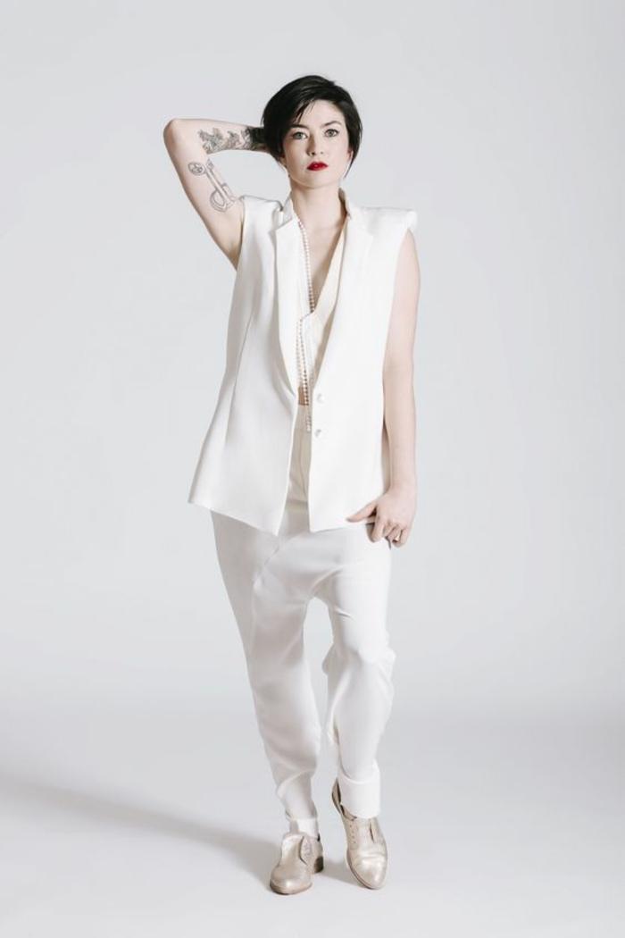 pantalon tailleur, pantalon smoking femme en blanc, veste longue sans manches, pantalon coupe sarouel, chaussures en couleur or irisé