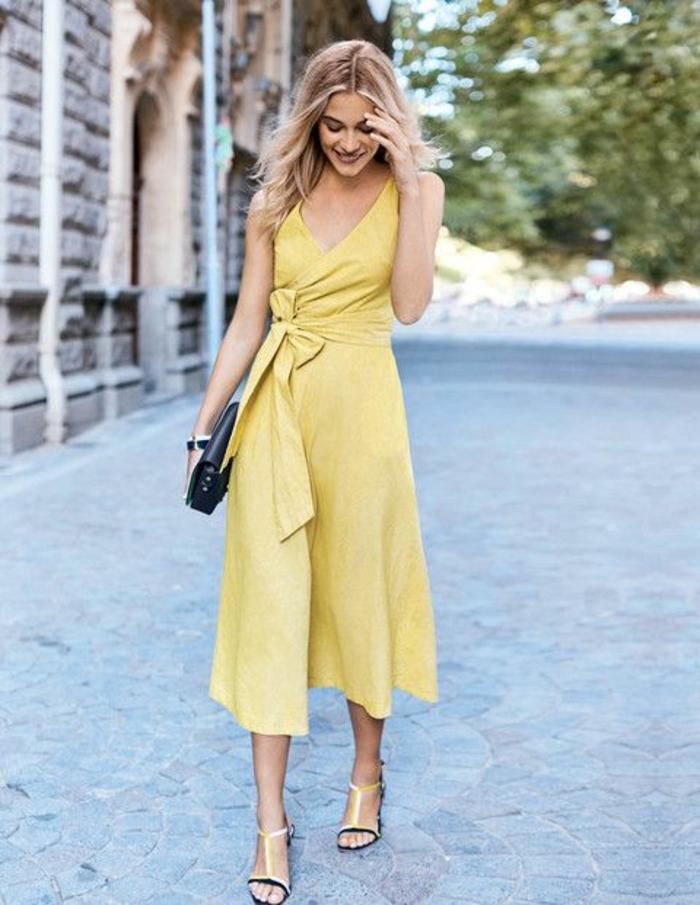 tenue invitée mariage en jaune moutarde, robe glamour style années avec décolleté profond en V, gros nœud latéral pour sublimer la taille