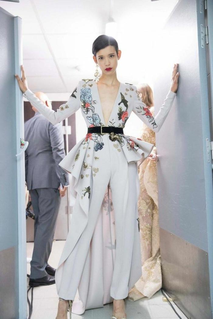 combishort mariage en blanc avec des broderies en fleurs colorées, pantalon aux bouts bouffants a la cheville, tailleur pantalon femme chic pour mariage