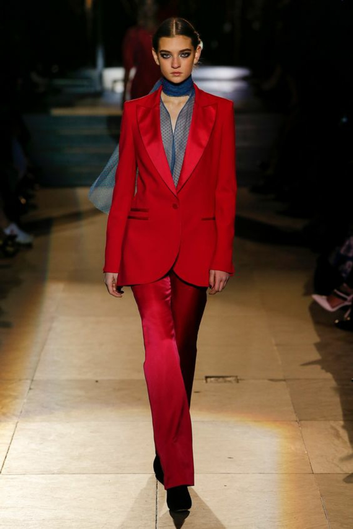 tailleur pantalon femme pour ceremonie, tailleur pantalon femme cocktail en rouge, chemise transparente noire, chaussures noires