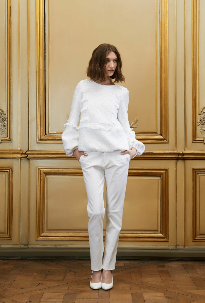 tailleur pantalon femme pour ceremonie, pull blanc avec des franges sur les manches et sur le buste, pantalon blanc type cigarette, chaussures talons aiguilles aux bouts pointus blancs
