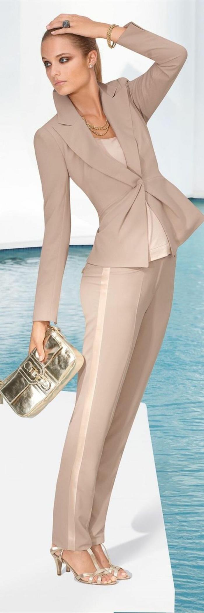 tailleur pantalon femme chic pour mariage en couleur beige, pantalon avec des bandes latérales en soie couleur bronze, veste taille très fine