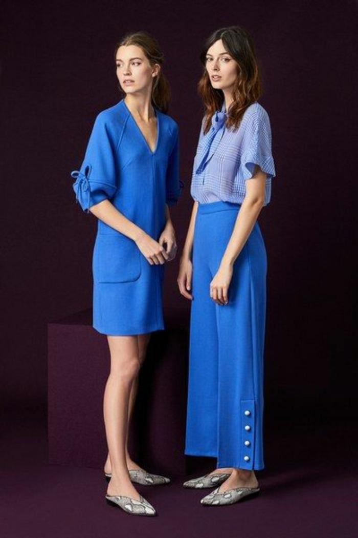 tailleur pantalon femme chic pour mariage, deux types de looks en bleu indigo, variante avec robe et variante avec pantalon très large