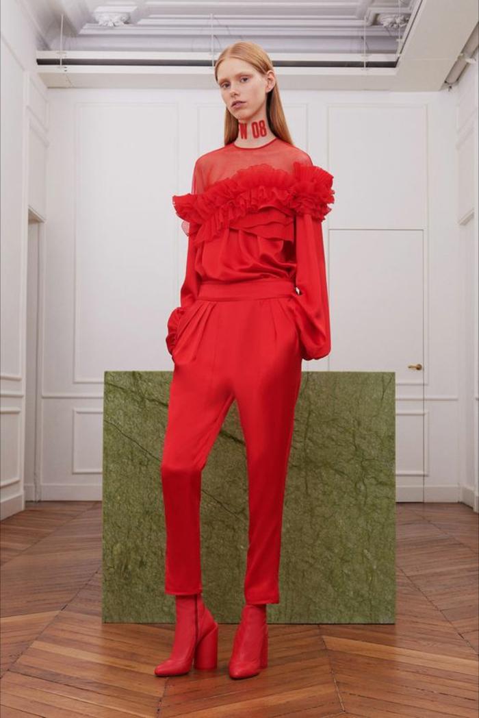 tenue invitée mariage en rouge, combishort mariage, pantalon type sarouel rouge, top en tulle et en dentelle rouge, manches évasées bouffantes aux bouts, bottines rouges talons hauts