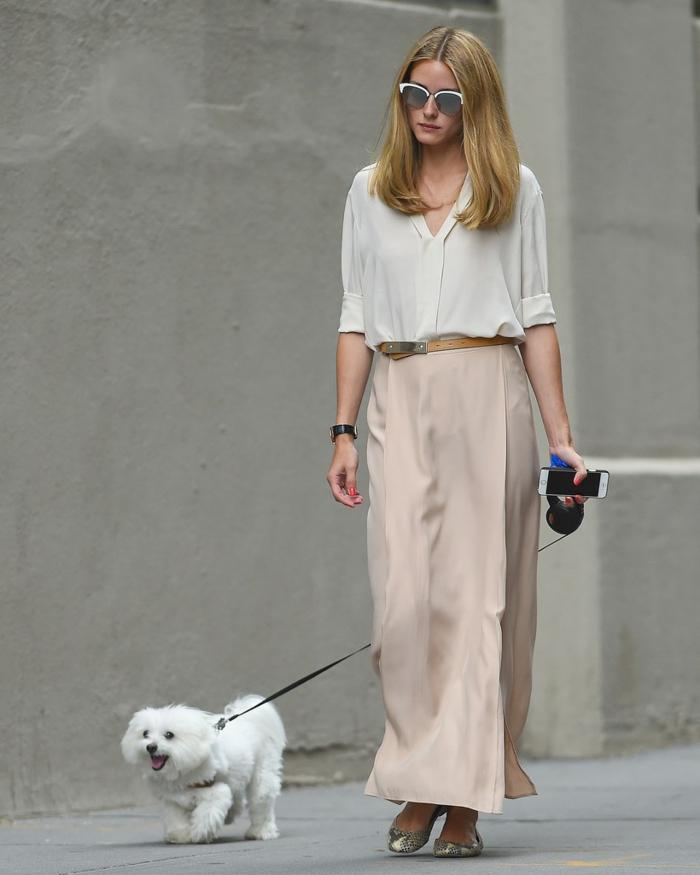 Olivia Palermo avec une jupe couleur nude, portée avec une chemise blanche, style chic et simple
