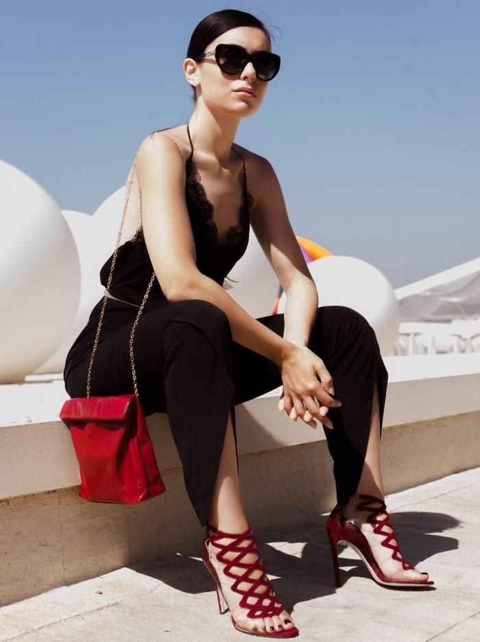comment porter une combinaison noire femme avec bretelles, modèles de sandales rouge combinés avec sac à main rouge