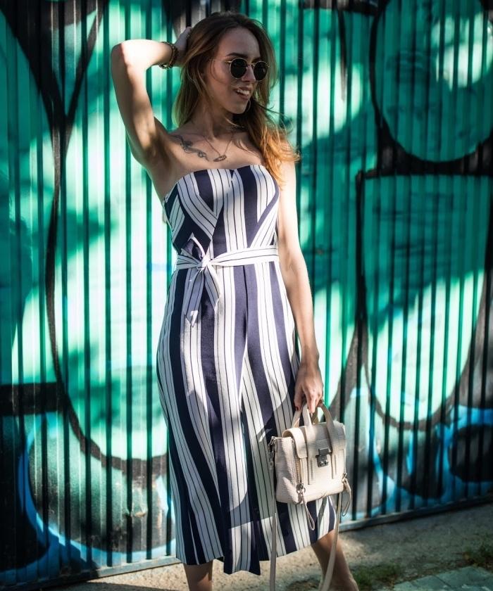 modèle de combipantalon fluide à longueur genoux design motifs géométriques en blanc et bleu marine, modèle sac à main blanc