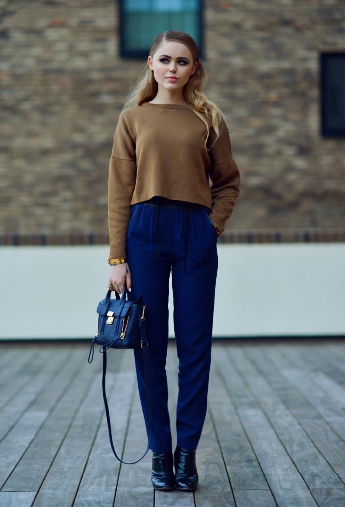 comment bien s'habiller femme en pantalon fluide de bleu foncé et blouse marron combinés avec bottines noires