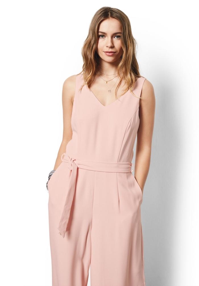 look casual chic en combinaison élégante de couleur rose pastel avec bretelles et ceinture, idée bijoux pour combipantalon