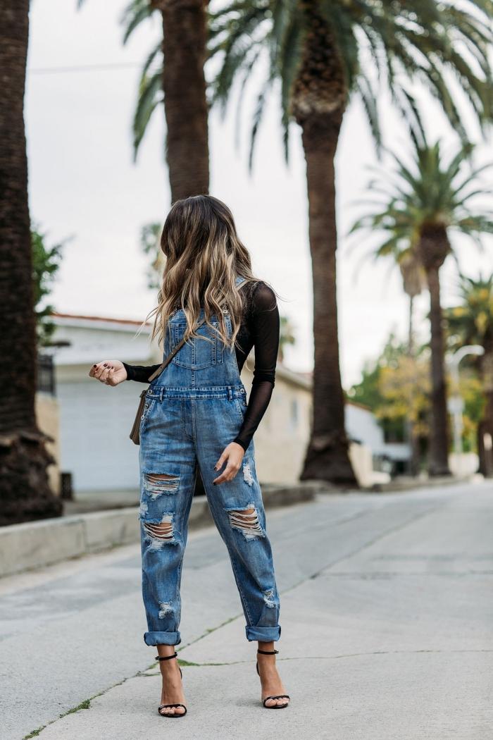 idée comment porter une salopette en denim de style casual chic, combiner une combinaison en jeans avec blouse officielle noire