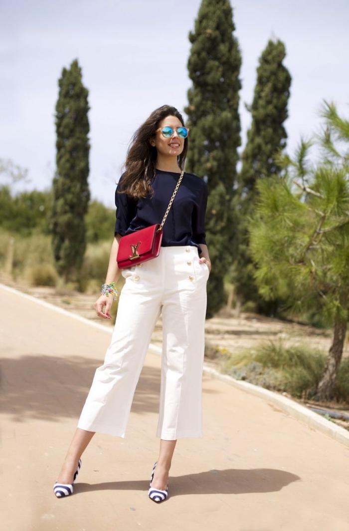 avec quoi porter le pantalon blanc, tenue en blouse de couleur bleu foncé combiné avec pantalon blanc et sac à main rouge