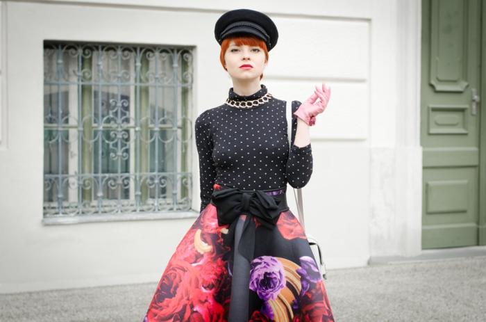 look année 50, jupe évasée aux fleurs, blouse à pois noirs, béret femme noir, grande ceinture nouée