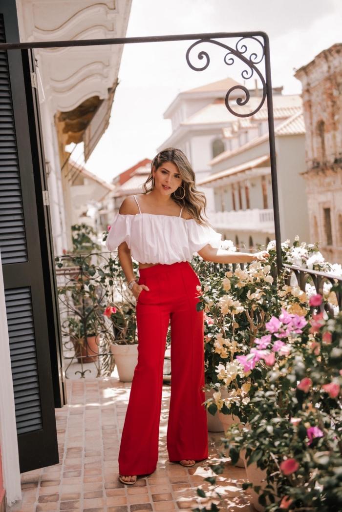 modèle de pantalon taille haute femme en rouge combiné avec top blanc et sandales plates, idée accessoires en or
