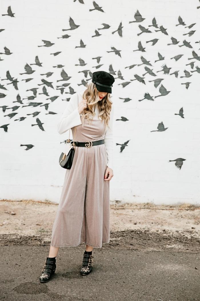 tenue chic en combipantalon de couleur neutre à design pantalon fluide combinée avec gilet blanc et capeline bottes noires
