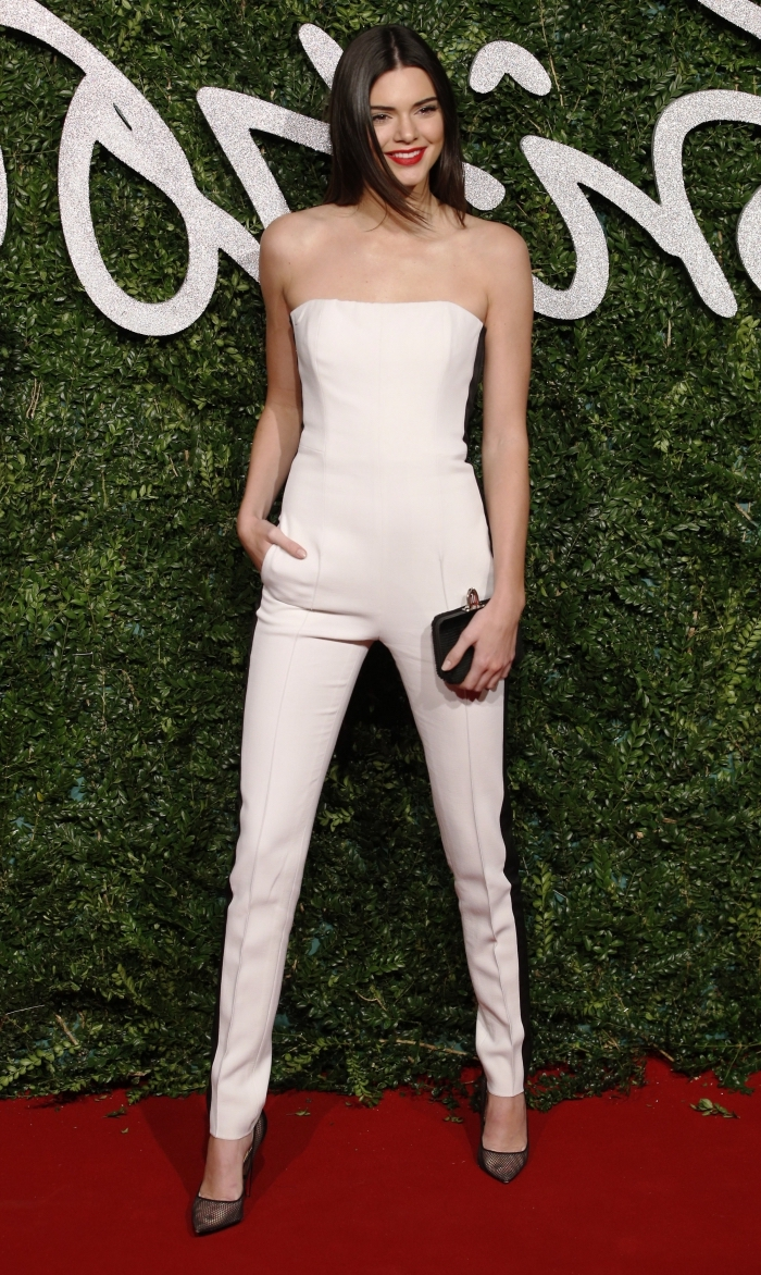 idée quelle combinaison femme choisir pour une soirée, modèle de combipantalon slim à bustier de couleur blanche