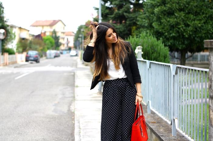 look élégant en blanc et noir avec pantalon palazzo noir à dots blancs combiné avec chemise blanche et blazer noir