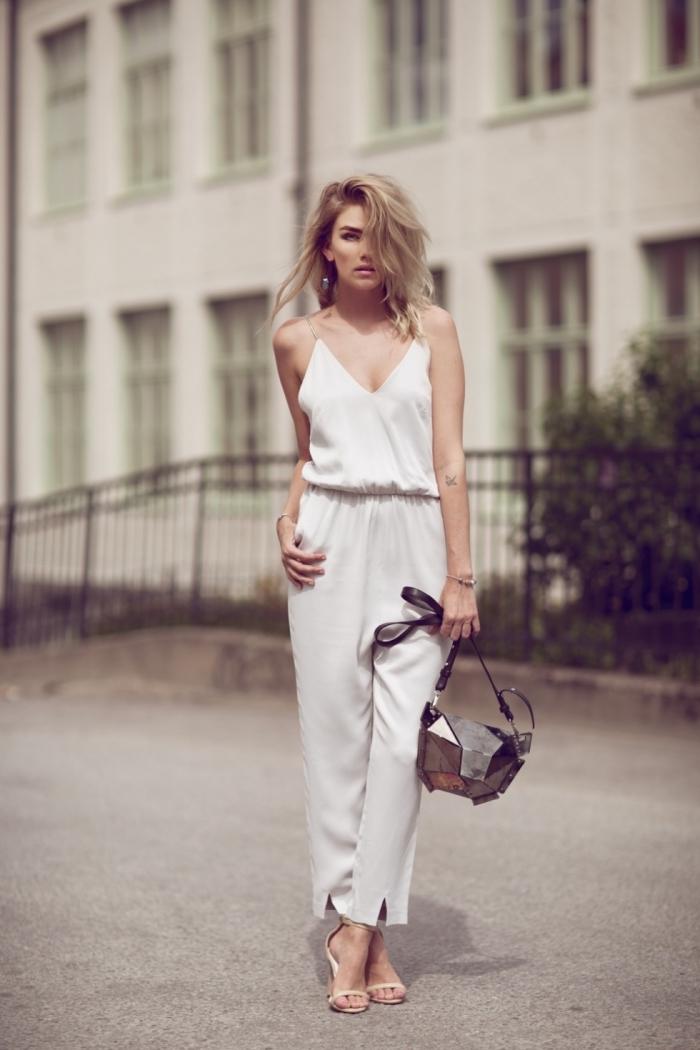 look chic et élégant pour femme en combinaison blanche avec bretelles transparentes et décolleté en V, coupe de cheveux mi-longs en couches