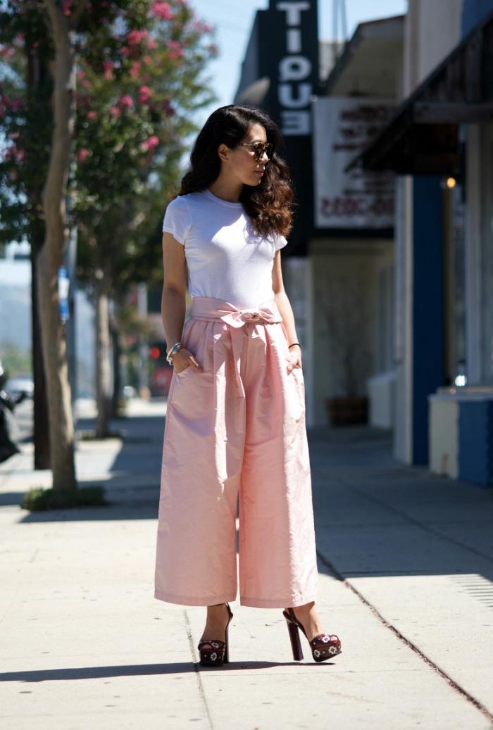avec quelle couleur associer le pantalon rose pastel, tenue d'été en pantalon rose avec t-shirt blanc et chaussures hautes