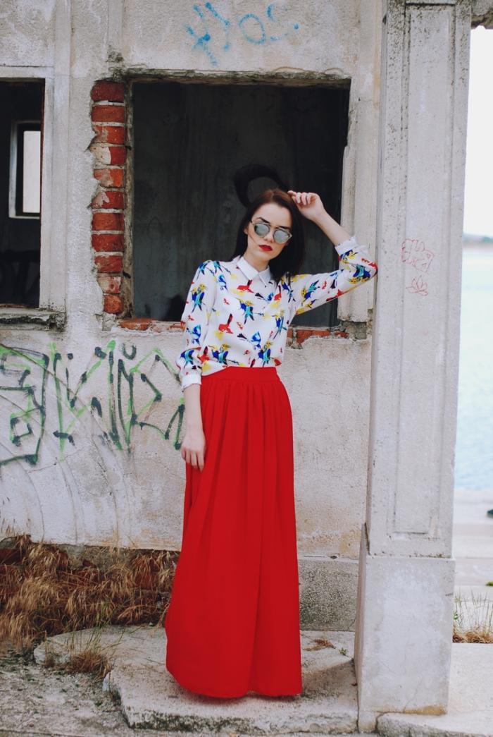 jupe patineuse taille haute, jupe rouge longue au sol, chemise ample aux imprimés colorés