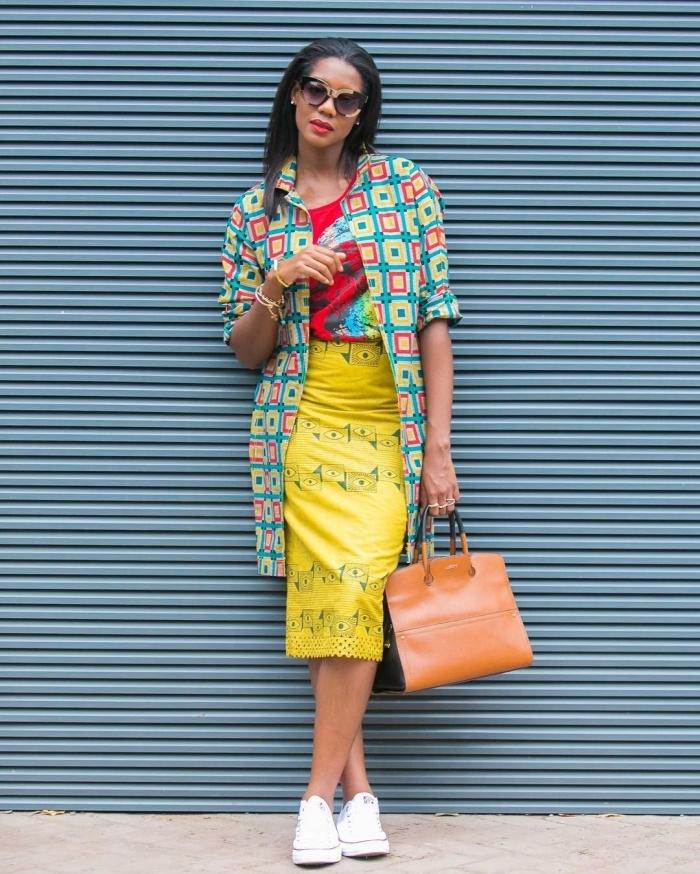 un look frais qui ose marier les couleurs vives et les imprimés, veste longue à motif africain bariolé assortie avec une jupe crayon jaune fluo et un t-short imprimé rouge