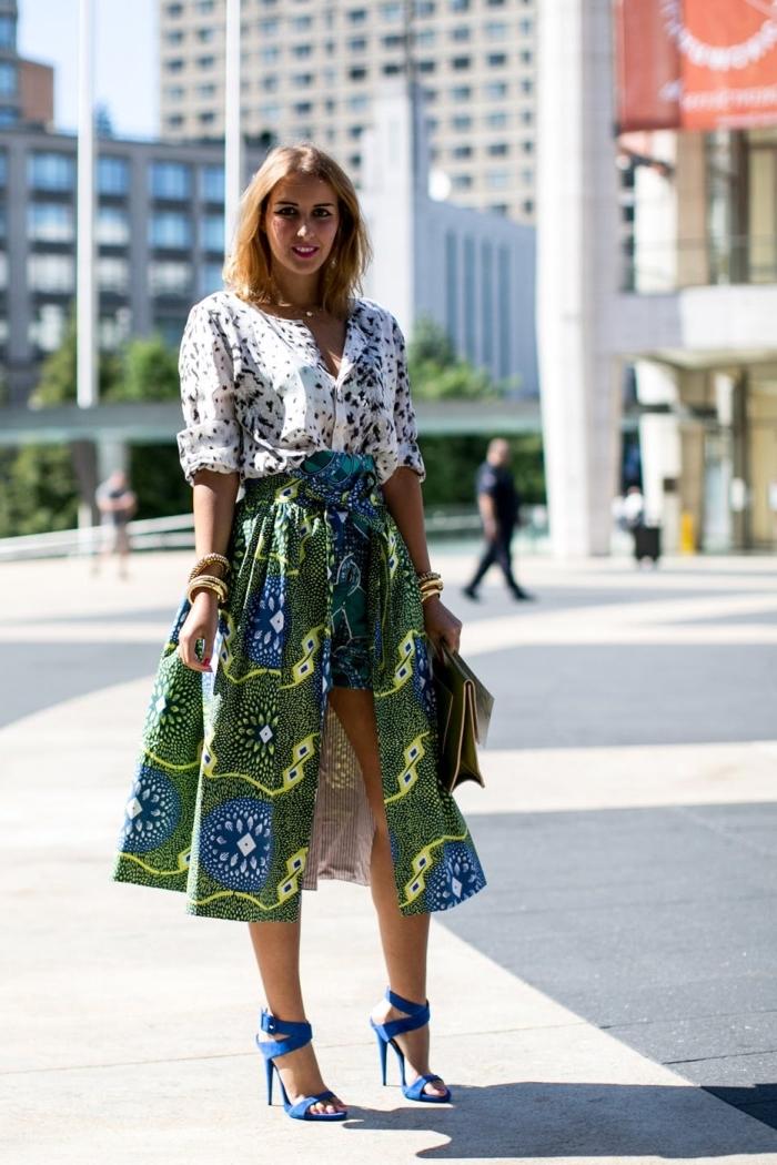 comment associer le motif africain avec un autre imprimé, look chic en short wax à jupe mi-longue assorti avec une chemise imprimée rentrée dedans