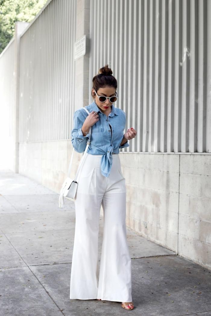idée comment bien s'habiller en pantalon large blanc combiné avec chemise en denim clair et sandales plates