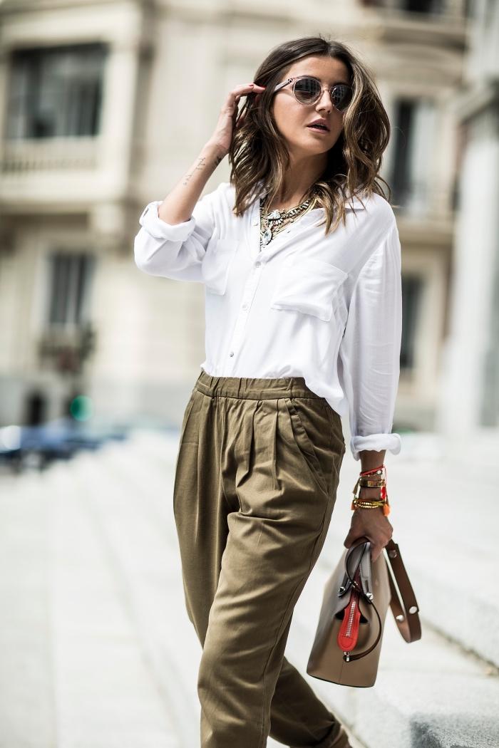 avec quoi porter un pantalon kaki fluide, tenue chic en pantalon large et chemise blanche avec accessoires ethniques