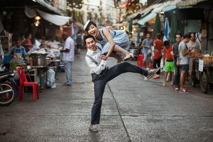 tenue guinguette, pantalon avec bretelles, robe longue blanche aux motifs bleus, danse dans la rue