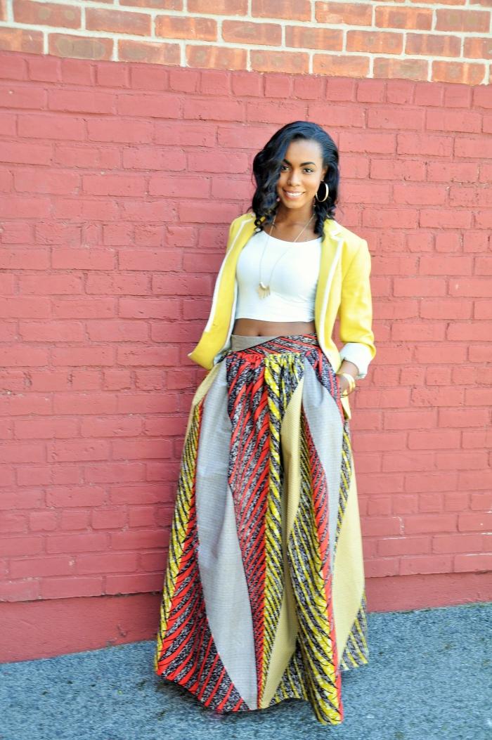 allure bohème et romantique en jupe tissu africain maxi en teintes ensoleillées mariée à un crop top blanc