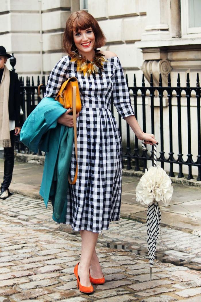 robe guinguette à carreaux, escarpins oranges, sac épaule jaune, coiffure carré frangé